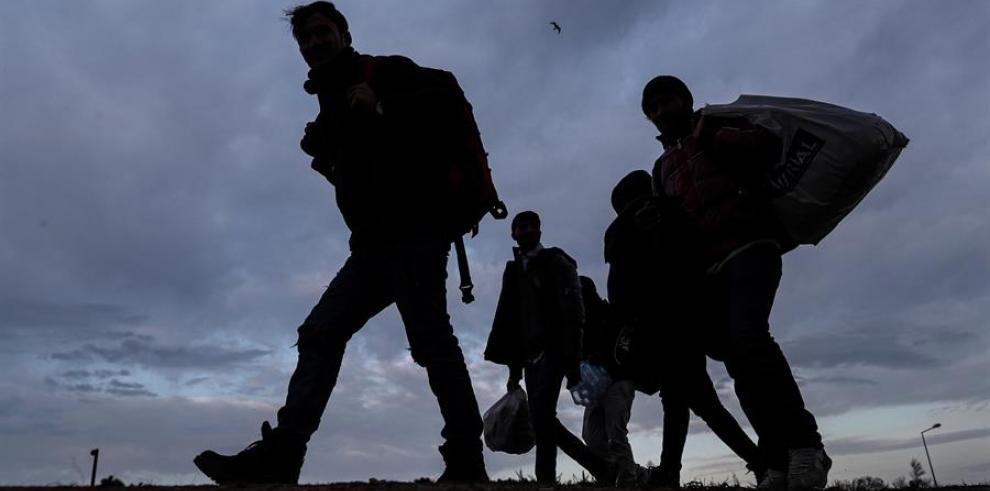 Un grupo de refugiados intenta cruzar la frontera griega, este miércoles durante el atardecer en Edirne (Turquía).