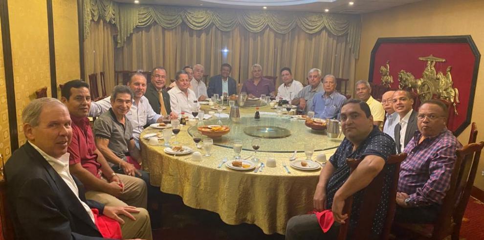 Vista de la cena de la reunión mensual de APPUCAPA, con presencia de Laffit Pincay Jr.