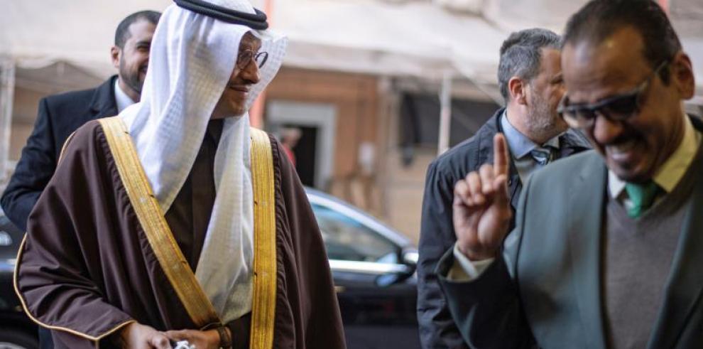 El príncipe Abdulaziz bin Salman (izqu), ministro de Energía de Arabia Saudí, a su llegada a la 178 conferencia extraordinaria de la Organización de Países Exportadores de Petróleo (OPEP). EFE|Christian Bruna
