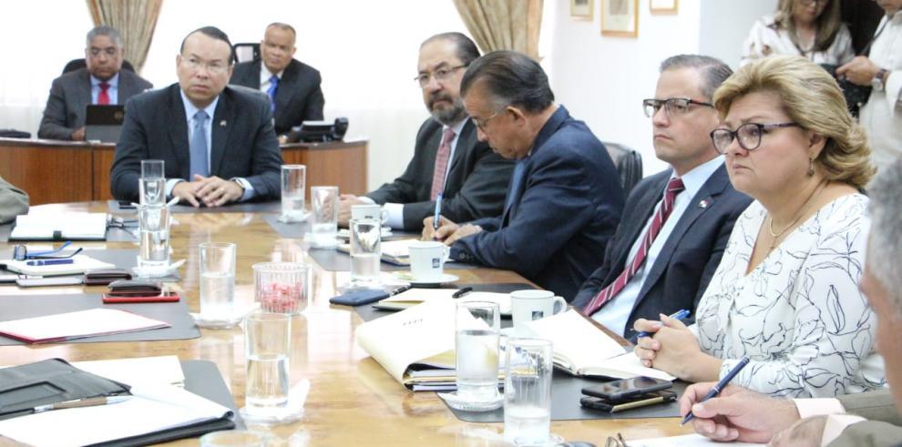 Ministro Valderrama se reúne con banqueros y productores