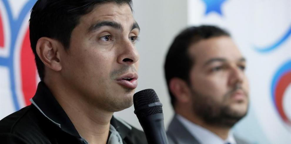 En la imagen, el presidente de la Asociación de Futbolistas de Panamá (Afutpa), Juan Ramón Solís (i).