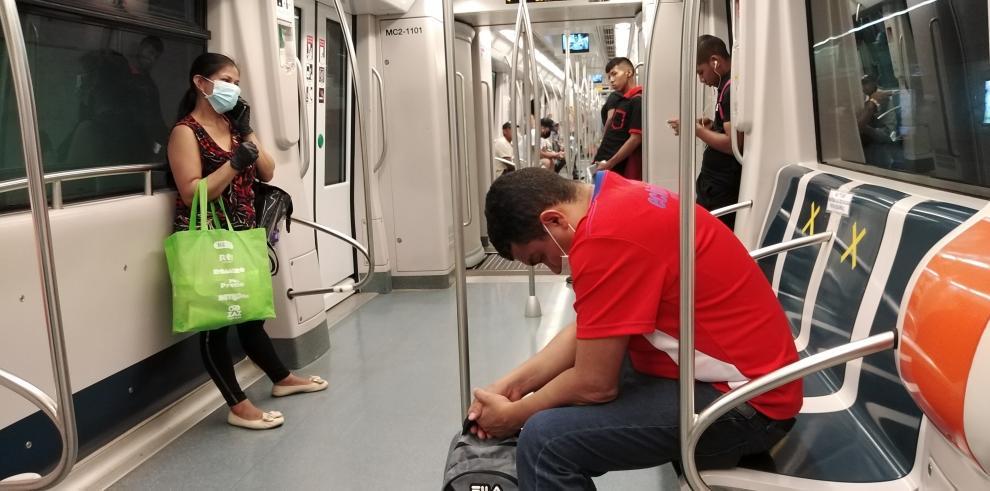 Pasajeros en el Metro de Panamá guardan su distancia por el Covid-19
