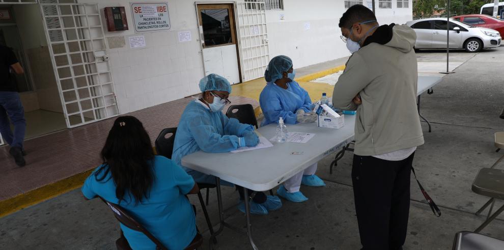 Las autoridades de Salud de Panamá registran el control de pacientes.