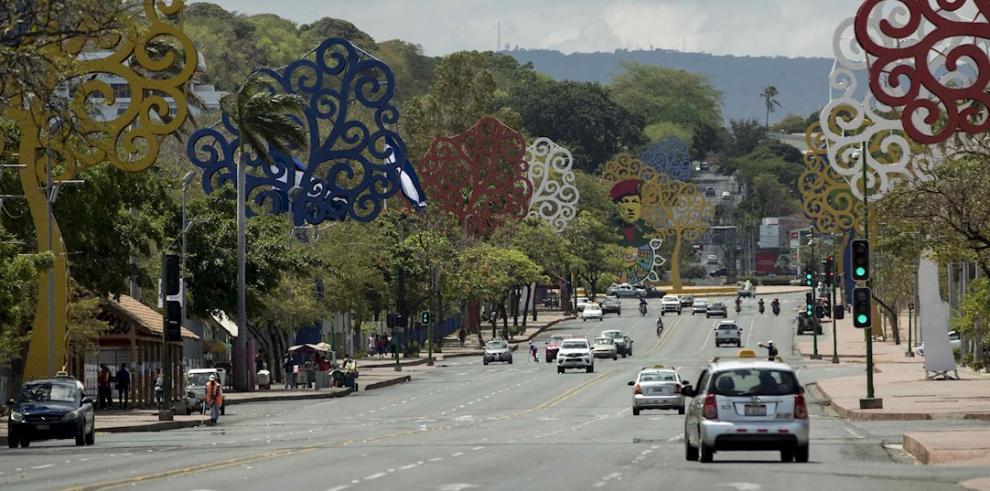 Vista general de la avenida de Bolívar a Chávez, con poco tráfico vehicular este domingo, en Managua (Nicaragua).
