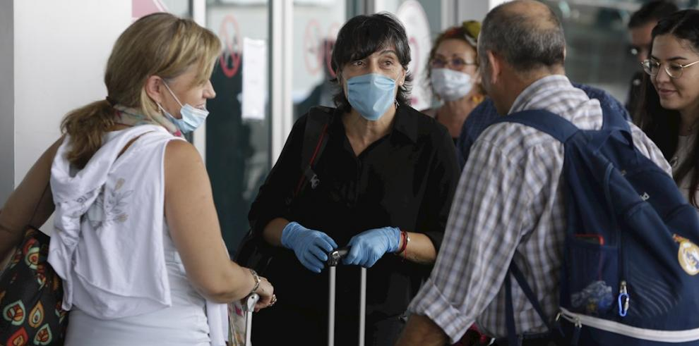 - Ciudadanos europeos llegan al aeropuerto internacional de Tocumén para abordar un vuelo hacia Madrid, este domingo en Ciudad de Panamá