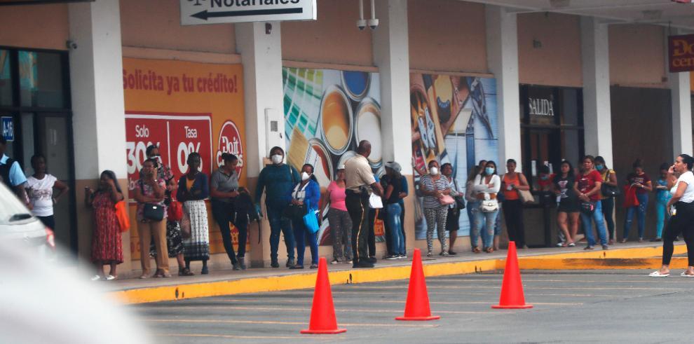 Solo mujeres en las filas de los supermercados, como dicta la nueva norma en Panamá