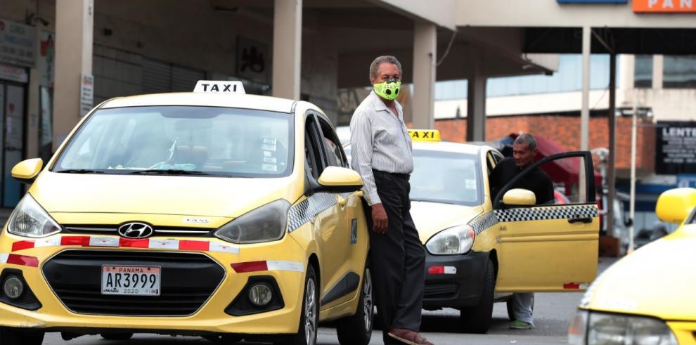 Una unidad de taxi en la ciudad de Panamá a la espera de pasajeros.
