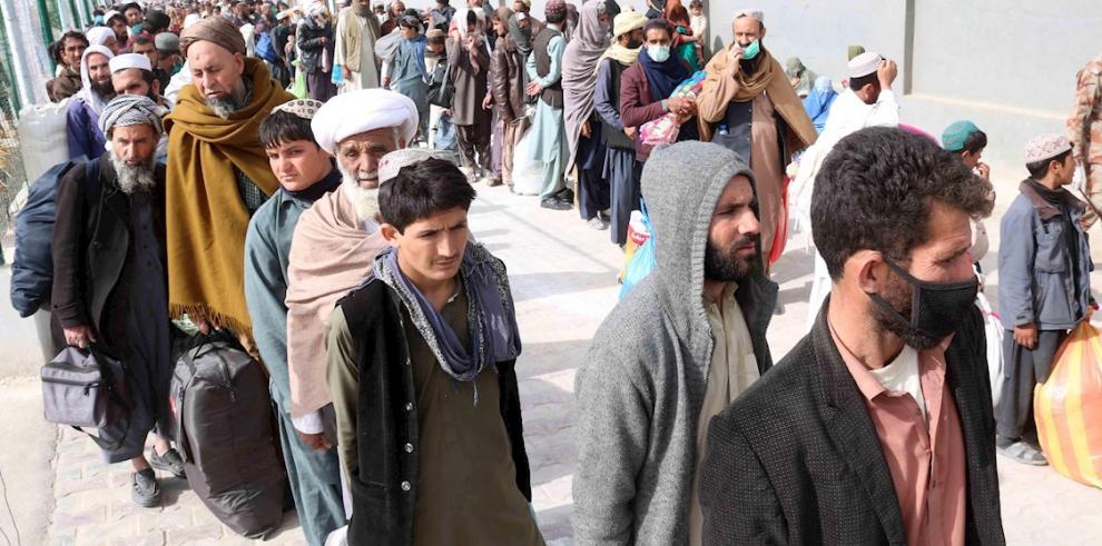 Afganos en la frontera entre Pakistán y Afganistán en Chaman, Pakistán.