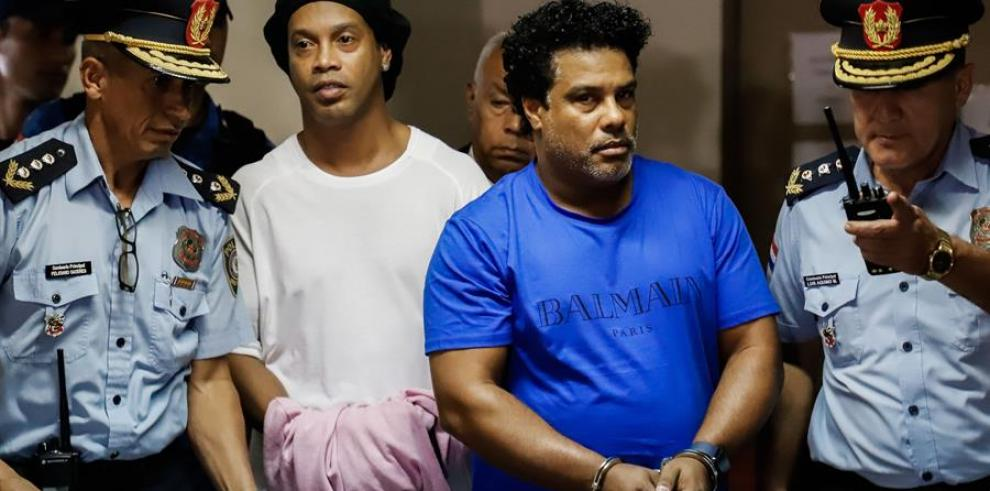 El brasileño Ronaldinho Gáucho (2d) y su hermano Roberto (2i).