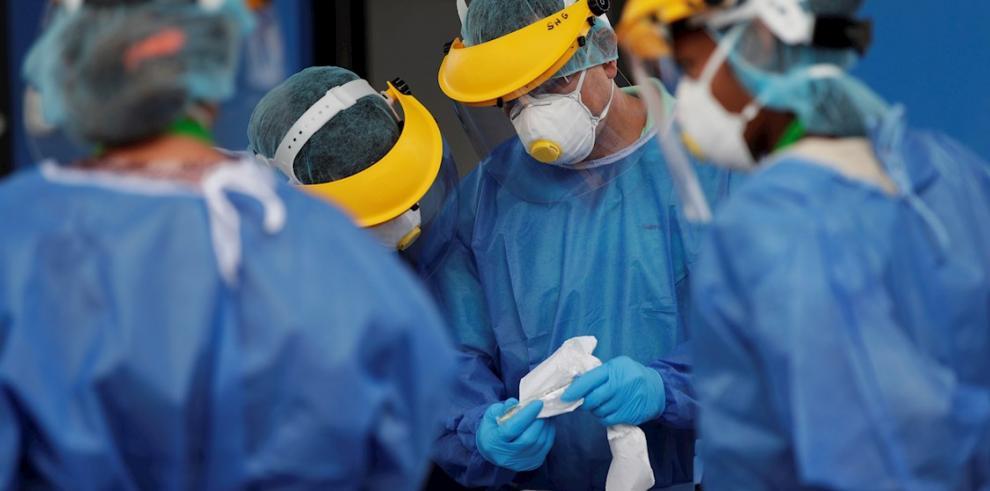Trabajadores de salud realizan pruebas de COVID-19, este jueves en un punto de muestreo express en la ciudad de Panamá (Panamá).