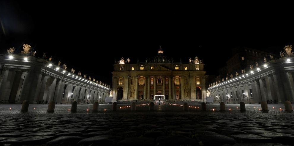 El papa preside un Vía Crucis en una Plaza vaticana