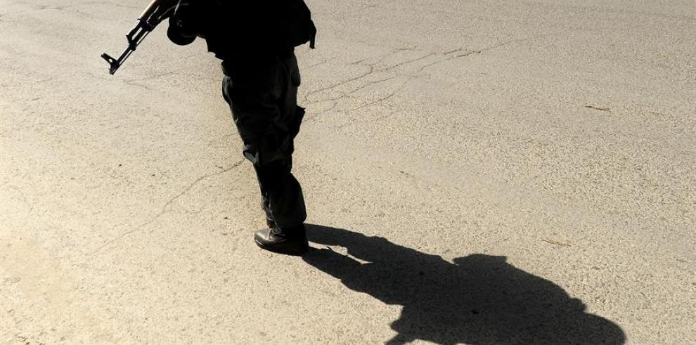 La sombra de un agente de la policía afgana