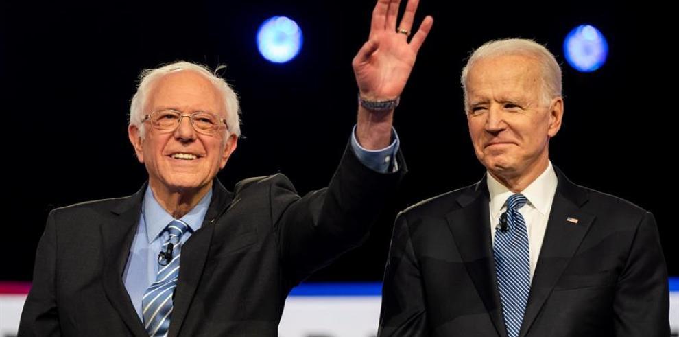 En la imagen, el senador por Vermont, Bernie Sanders (i), junto al exvicepresidente de EE.UU., Joe Biden (d).