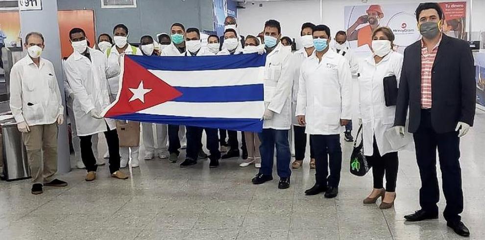Llegada de integrantes de una brigada médica de Cuba al Aeropuerto Internacional Ramón Villeda Morales de San Pedro Sula (Honduras).