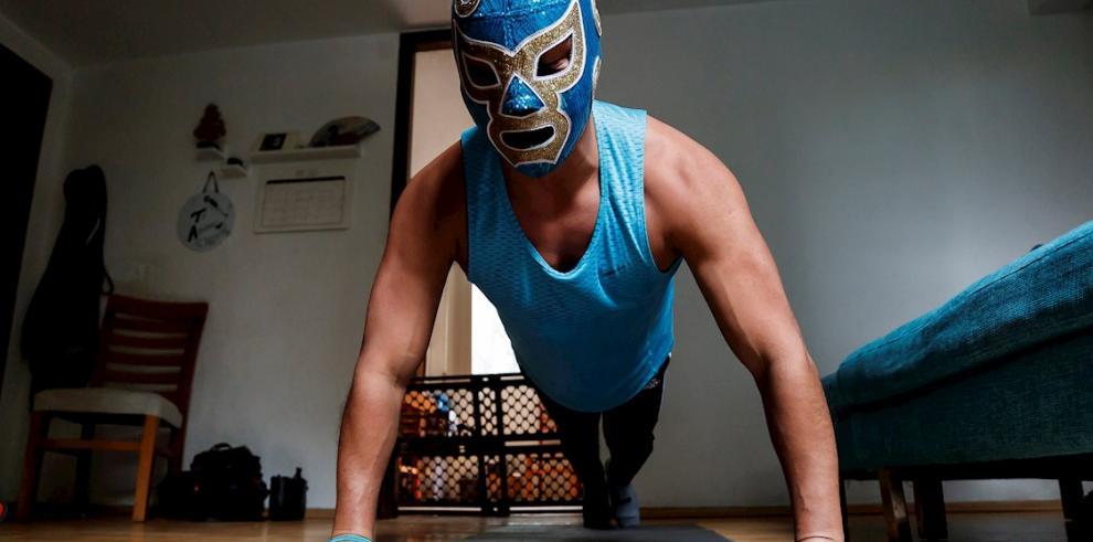 Fotografía con fecha del 28 de abril del 2020, del profesional de la lucha libre mexicana, Ciclón Ramírez Jr, muestra su rutina de entrenamiento, en su departamento en Ciudad de México.