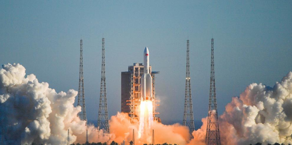 El nuevo cohete portador Gran Marcha-5B de China despega desde el Centro de Lanzamiento Espacial de Wenchang, en la provincia de Hainan, en el sur de China, el 5 de mayo de 2020