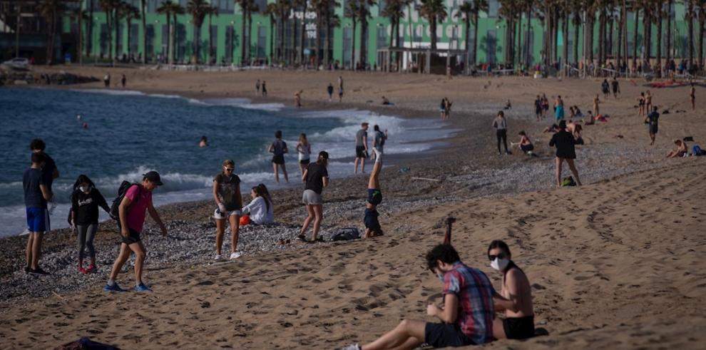 Vista de la playa de la Barceloneta de Barcelona, una de las playas que a partir de hoy viernes los barceloneses pueden usar entre las 06.00 y las 10.00 horas para hacer deporte.