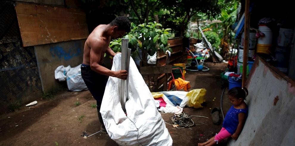 Melquis Amador, de 32 años, carga un saco con latas y bronce después de trabajar en el vertedero de basura de Cerro Patacón este viernes en la comunidad de Guna Nega, en Ciudad de Panamá (Panamá).