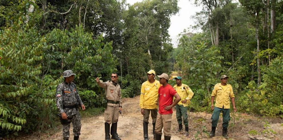 Soldados y bomberos buscan focos de fuego sobre la selva amazónica en el estado de Rondonia
