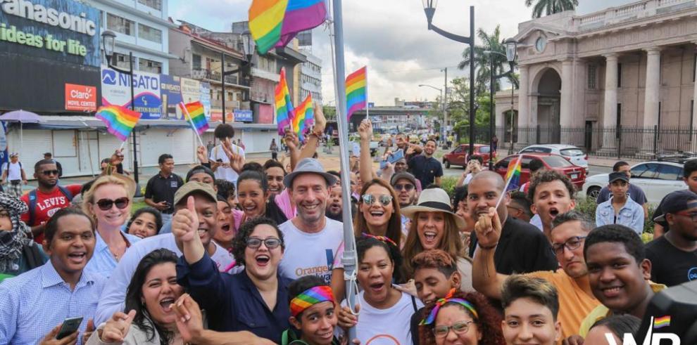 Imagen de la izada de la bandera del orgullo gay