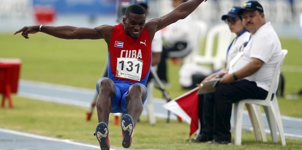 El cubano Leonel Suárez en una prueba de salto de longitud.
