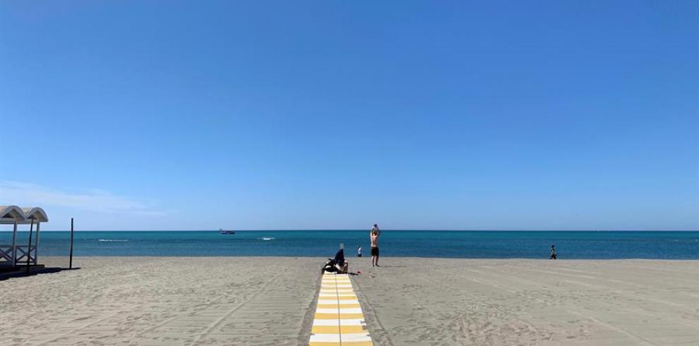 Un par de personas disfrutan de la playa de Ostia, a apenas media hora de Roma y un lugar predilecto de vacaciones para italianos y extranjeros
