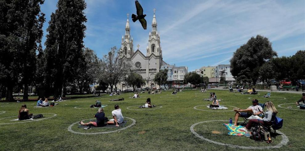 Varias personas fueron registradas este viernes al disfrutar de un día soleado, respetando el distanciamiento social, en el parque Washington de San Francisco