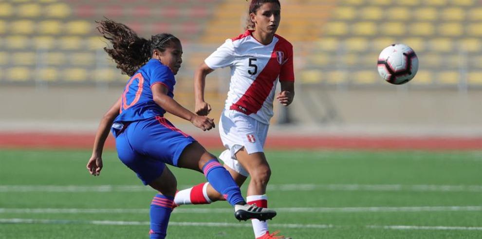 En la imagen la peruana Cindy Novoa (d) disputa la bola con la colombiana Leicy Santos durante un partido amistoso en Lima (Perú).