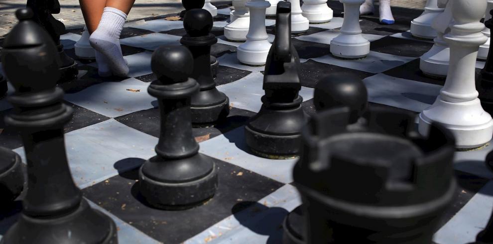 Imagen de un tablero de ajedrez gigante en una de las áreas deportivas de La Habana Vieja, en la Habana (Cuba).