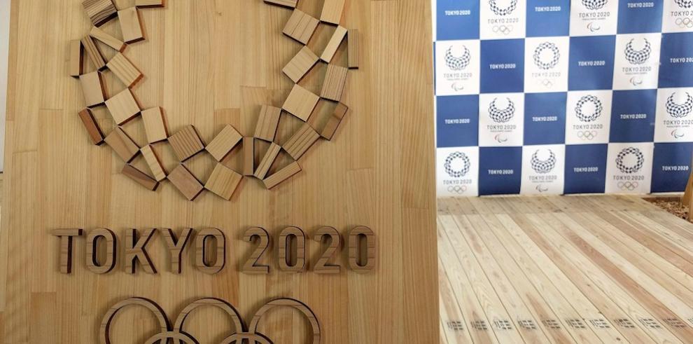 Detalle del logo de los Juegos Olímpicos de Tokio 2020 en madera en Tokio, Japón.