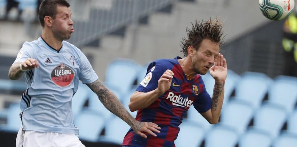 El delantero ruso del Celta, Fiódor Smólov (i), disputa un balón con Ivan Rakitic, centrocampista croata del FC Barcelona