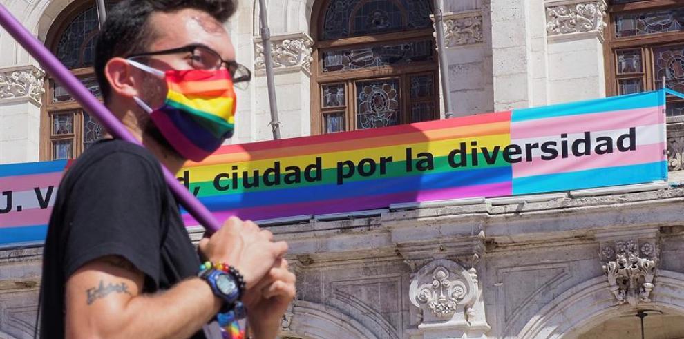 Momento de la concentración celebrada este domingo en la Plaza Mayor de Valladolid con motivo del Día del ORGULLO LGTBI.
