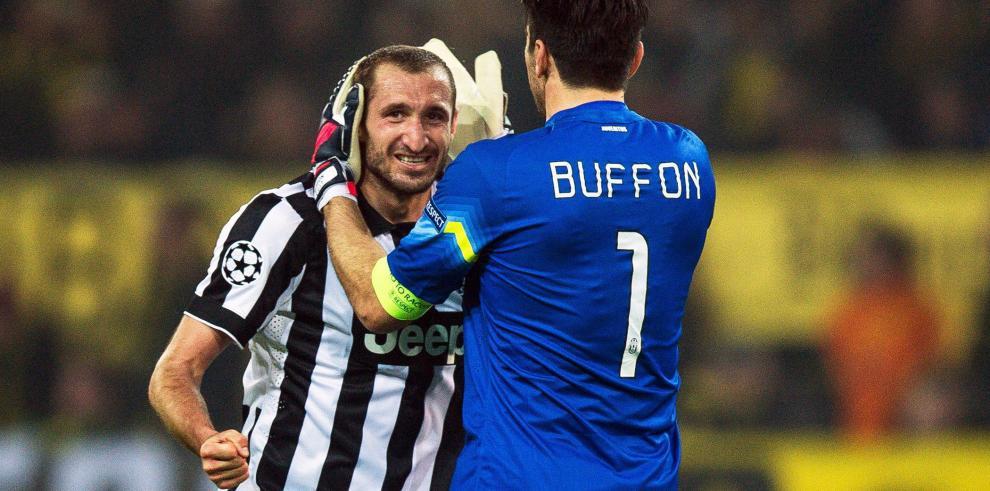 Los jugadores del Juventus Giorgio Chiellini (i) y el arquero Gianluigi Buffon (d) celebran un gol.