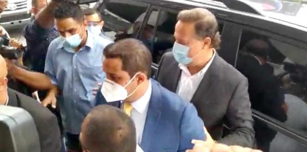 Momento de la llegada del expresidente Juan Carlos Varela al edificio Avesa.