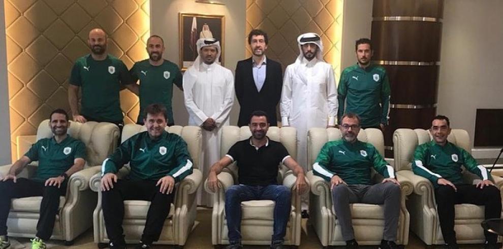 Xavi compartió una fotografía junto a los miembros de su cuerpo técnico y los dirigentes del club catarí