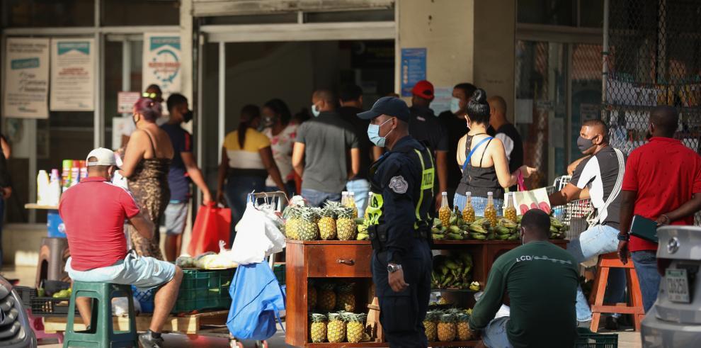 Personas compran en medio de pandemia del covid-19.