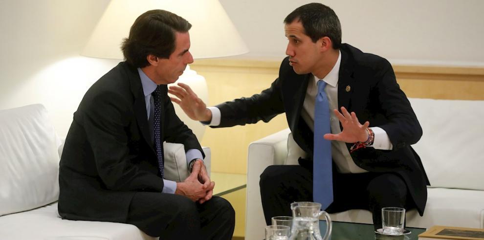 En la imagen, el líder opositor venezolano Juan Guaidó (d), junto al expresidente del Gobierno español José María Aznar (i).