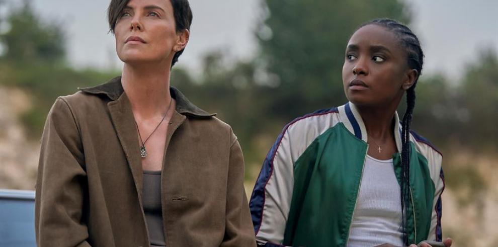 La actriz Charlize Theron (i), acompañada de la actriz Kiki Layne (d), en una escena de la película