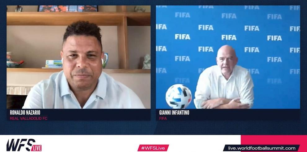 Captura de la videoconferencia mantenida por (izquierda) el presidente honorífico de la Fundación Fenómenos y presidente de Real Valladolid C.F., Ronaldo Nazario; y (derecha) el presidente de la FIFA, Gianni Infantino,