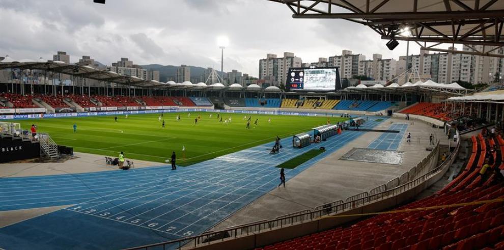 Los aficionados regresan a los estadios de fútbol surcoreanos