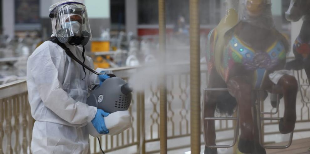 Personal de limpieza desinfecta