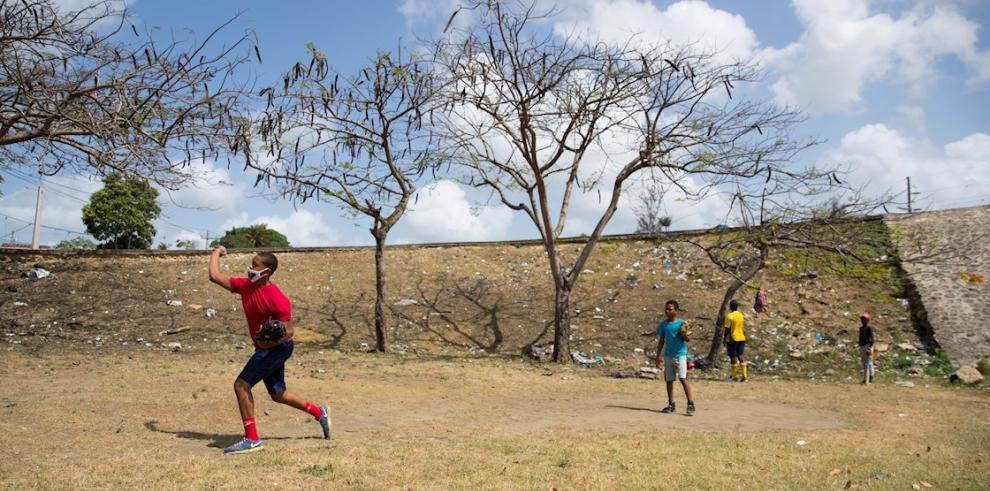 Algunos jóvenes juegan béisbol, el pasado 8 de mayo del 2020, en un parque en Santo Domingo (República Dominicana).