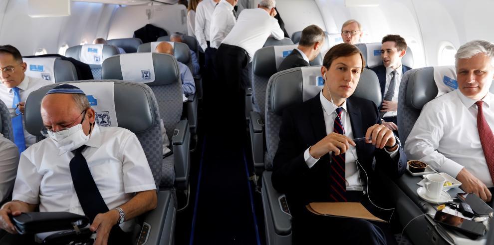 Diplomáticos en primer vuelo comercial entre EAU e Israel