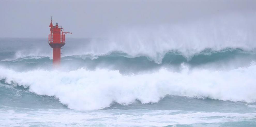 Fuerte oleaje por el avance del tifón