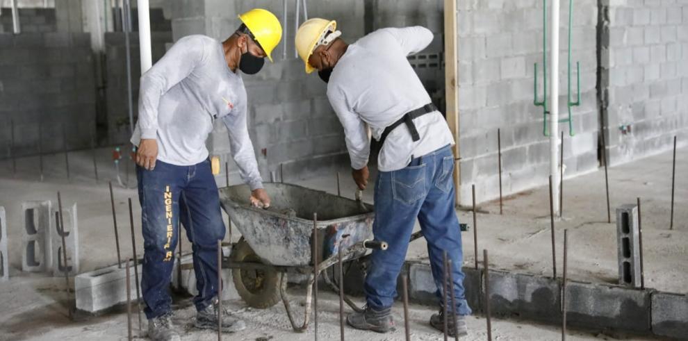 Obreros de la construcción retornaron a sus labores hoy, tras casi seis meses de estar paralizados.