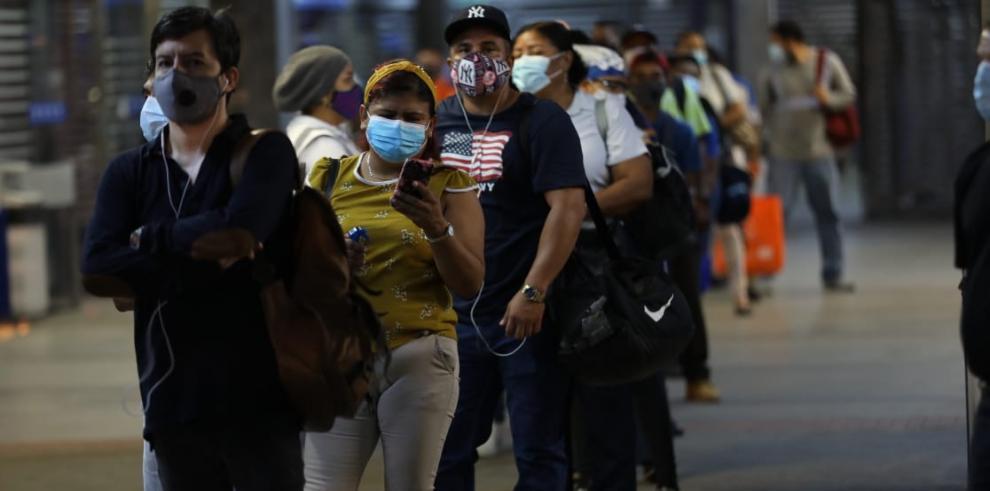 Ciento de panameños desde temprano salieron a las calles bajo esta 'nueva normalidad'.