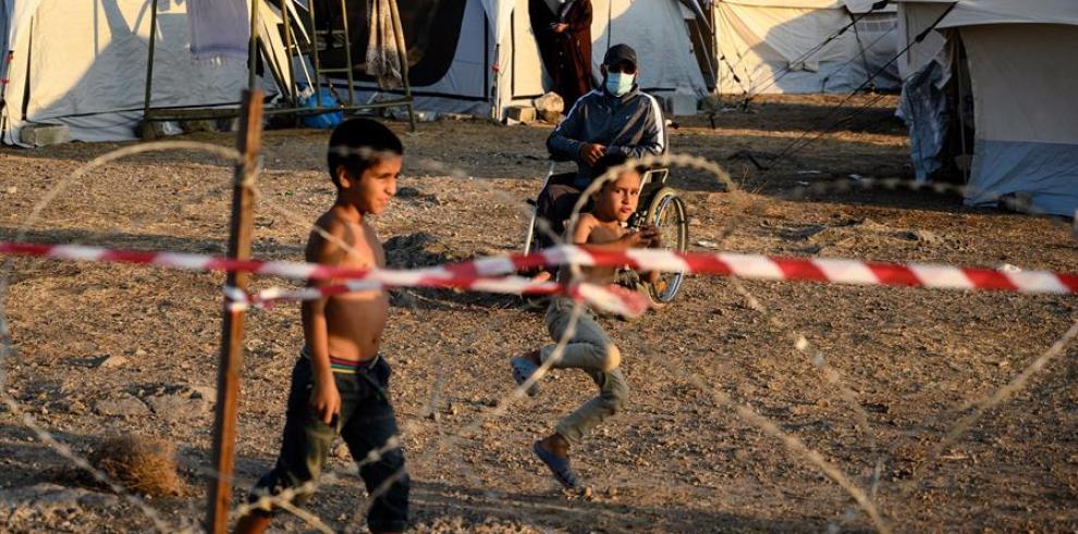 Unos niños juegan en el nuevo campamento de Kara Tepe, en la isla de Lesbos