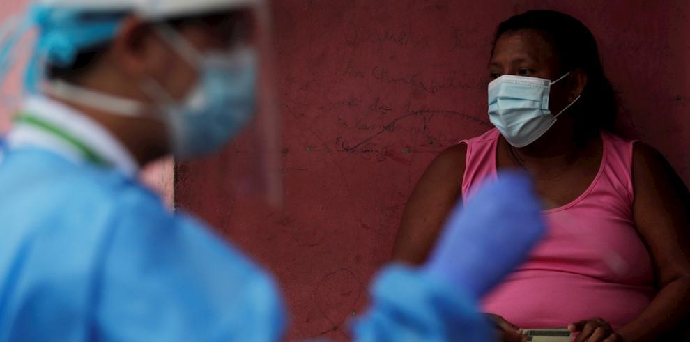 Una mujer espera para realizarse un hisopado y detectar COVID-19 durante una jornada de trazabilidad por parte del Ministerio de Salud de Panamá.