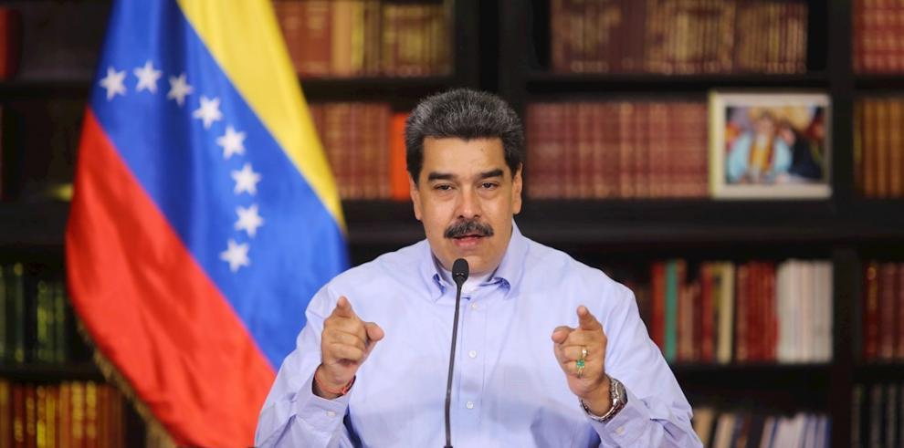Fotografía cedida por prensa Miraflores del presidente de Venezuela, Nicolás Maduro, durante la presentación de un balance del COVID-19.