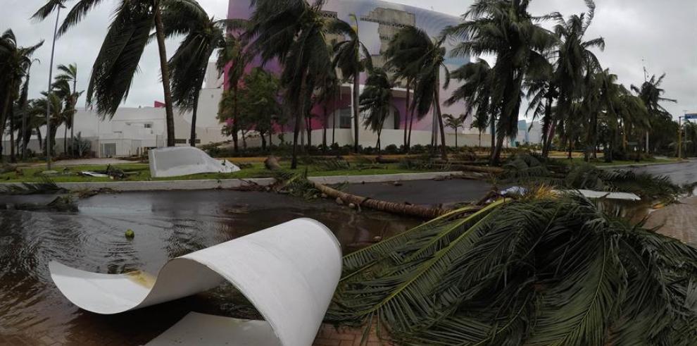 Fotografía de los daños causados por el paso del huracán Delta en el balneario de Cancún, en el estado de Quintana Roo